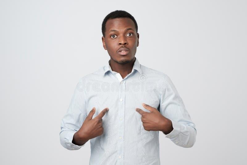 Νέο αφρικανικό άτομο που δείχνει σε τον, που κάνει τις δικαιολογίες ή προφορικά που υπερασπίζει, στοκ φωτογραφίες με δικαίωμα ελεύθερης χρήσης