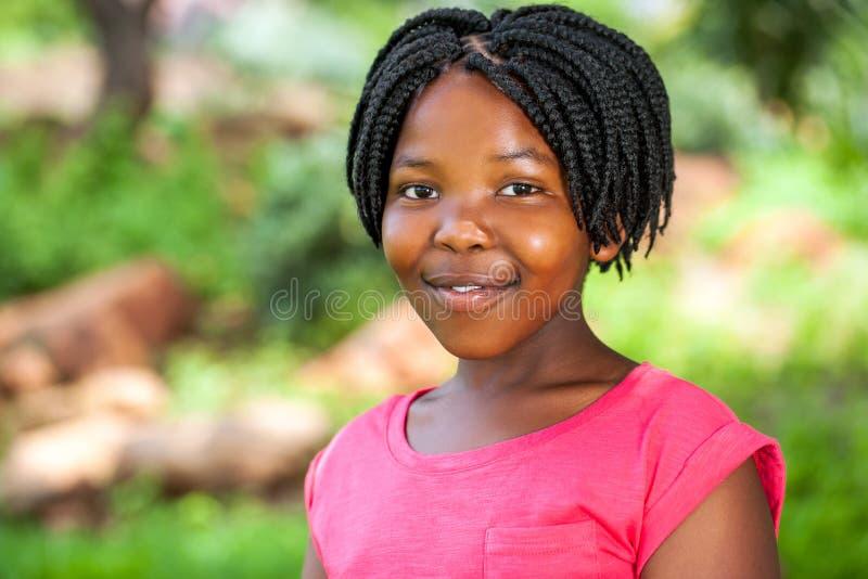 Νέο αφρικανικό κορίτσι με τις πλεξούδες στοκ φωτογραφία