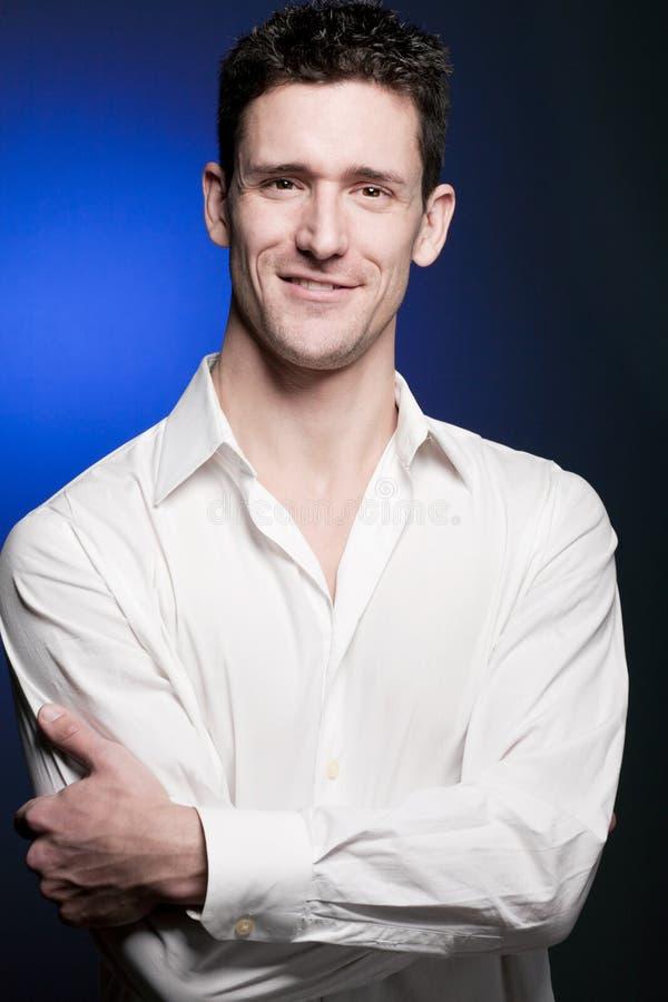 Νέο βέβαιο άτομο στο άσπρο πουκάμισο στοκ φωτογραφίες με δικαίωμα ελεύθερης χρήσης
