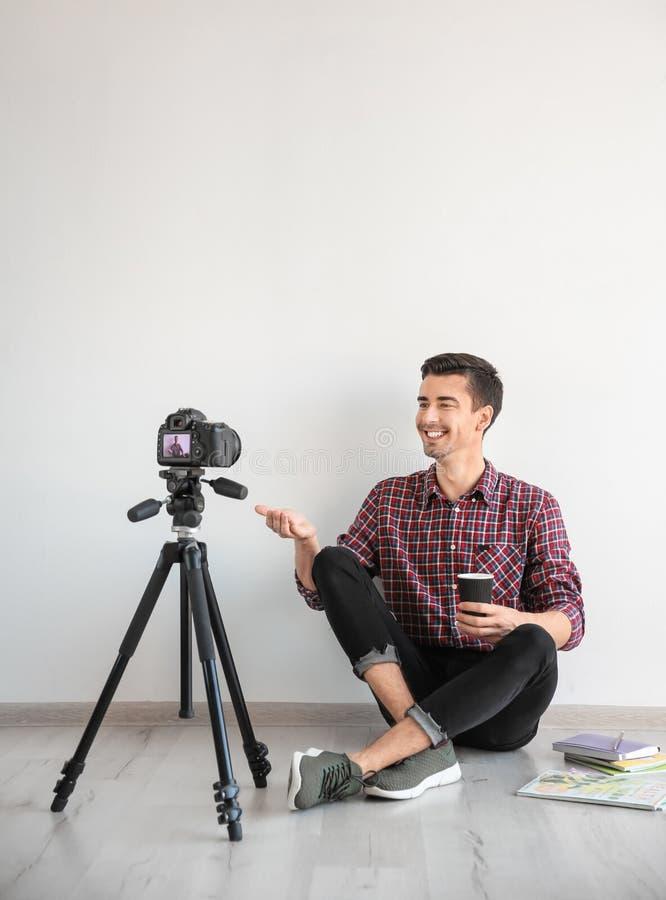 Νέο βίντεο καταγραφής blogger κοντά στον τοίχο στοκ εικόνα