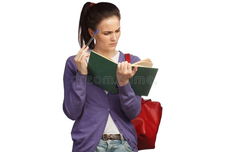 Νέο βιβλίο ανάγνωσης γυναικών σπουδαστών με το σακίδιο πλάτης στοκ φωτογραφία με δικαίωμα ελεύθερης χρήσης