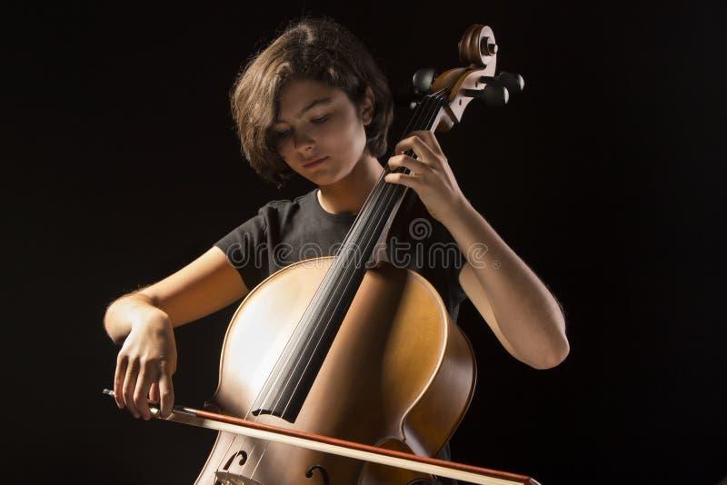 Νέο βιολοντσέλο παιχνιδιών γυναικών στοκ εικόνα