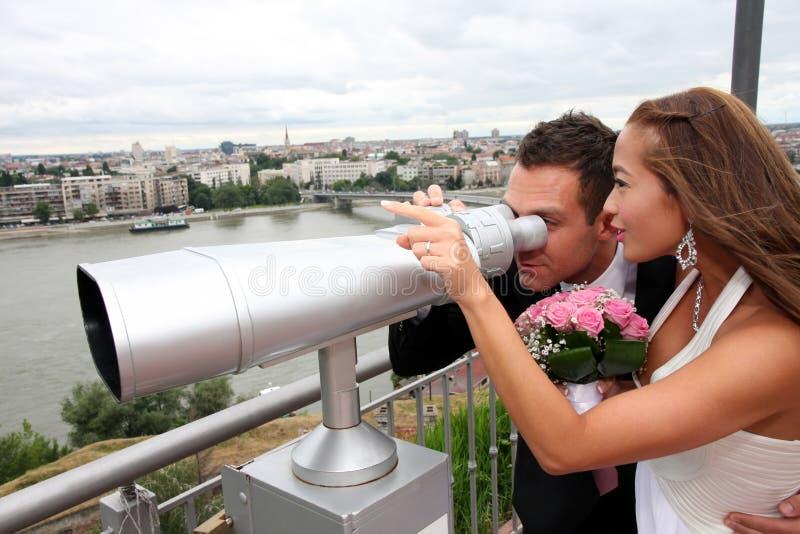 Νέο γαμήλιο ζεύγος με τις διόπτρες τουριστών στοκ εικόνες με δικαίωμα ελεύθερης χρήσης
