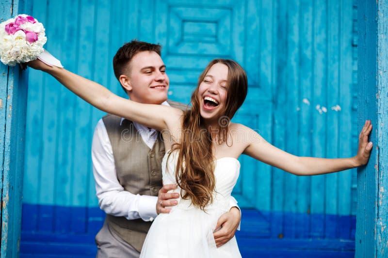 Νέο γαμήλιο ζεύγος που έχει τη διασκέδαση στοκ εικόνα με δικαίωμα ελεύθερης χρήσης