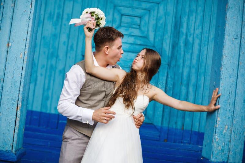 Νέο γαμήλιο ζεύγος που έχει τη διασκέδαση στοκ φωτογραφίες