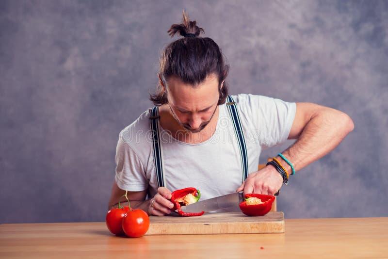 Νέο γενειοφόρο άτομο με το μαγείρεμα του δοχείου στοκ εικόνες