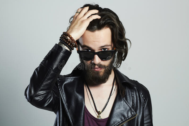 Νέο γενειοφόρο άτομο στο δέρμα Hipster στα γυαλιά ηλίου στοκ φωτογραφία με δικαίωμα ελεύθερης χρήσης