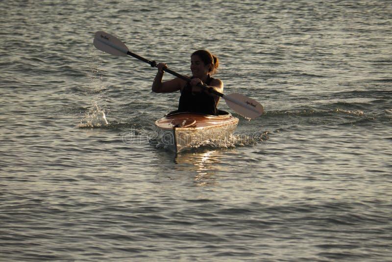 Νέο γυναικών από το νησί Captiva στο ηλιοβασίλεμα στοκ φωτογραφίες