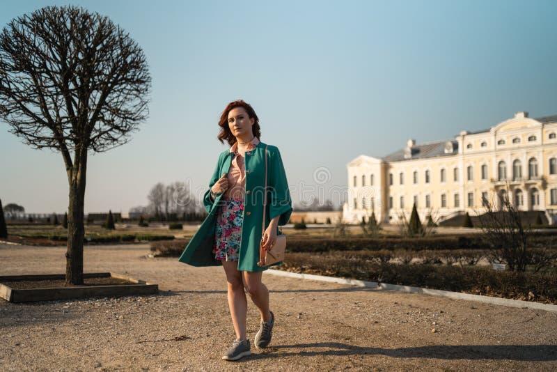 """Νέο γυναικών εραστών μόδας σε ένα πάρκο που φορά Ï""""Î¿ ζωηρό πράσινο σακάΠστοκ φωτογραφίες με δικαίωμα ελεύθερης χρήσης"""