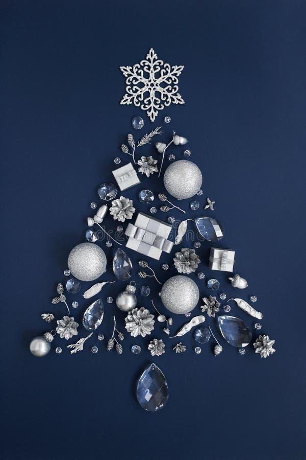 Νέο δέντρο έτους πολυτέλειας φιαγμένο από κρύσταλλο και ασημένιες ευπρέπειες Χριστουγέννων στοκ εικόνα