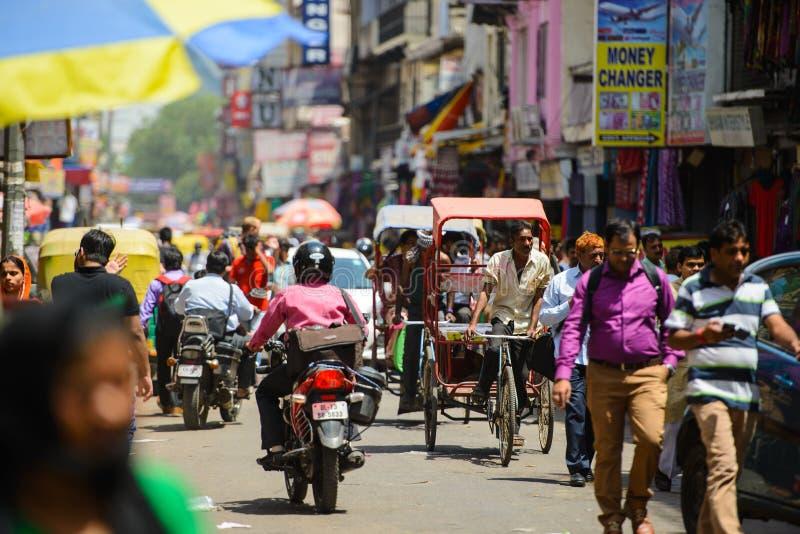 Νέο Δελχί, Ινδία - 16 Απριλίου 2016: Άποψη στη συσσωρευμένη οδό με τα καταστήματα, τα ξενοδοχεία, τη μεταφορά και τους ανθρώπους  στοκ φωτογραφίες με δικαίωμα ελεύθερης χρήσης