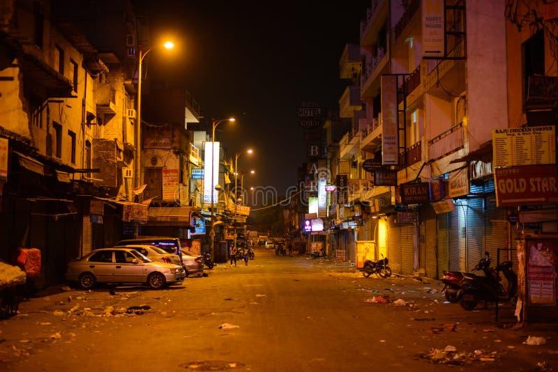 Νέο Δελχί, Ινδία - 17 Απριλίου 2016: Άποψη του κύριου δρόμου Bazaar ή Paharganj σε 5 00am Πολλοί ψωνίζουν είναι στενοί στοκ εικόνα