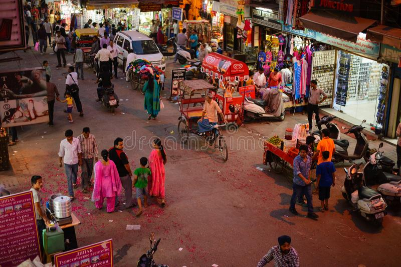 Νέο Δελχί, Ινδία - 10 Απριλίου 2016: Οι μη αναγνωρισμένοι άνθρωποι επισκέπτονται την κύρια Bazaar αγορά Paharganj στοκ εικόνες