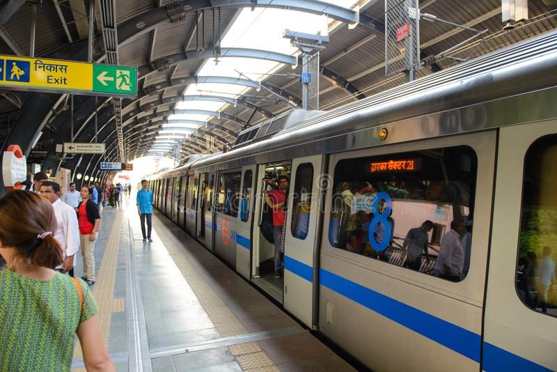 Νέο Δελχί, Ινδία - 10 Απριλίου 2016: Το δίκτυο μετρό του Δελχί αποτελείται από έξι γραμμές με ένα συνολικό μήκος 189 63 χιλιόμετρ στοκ εικόνες