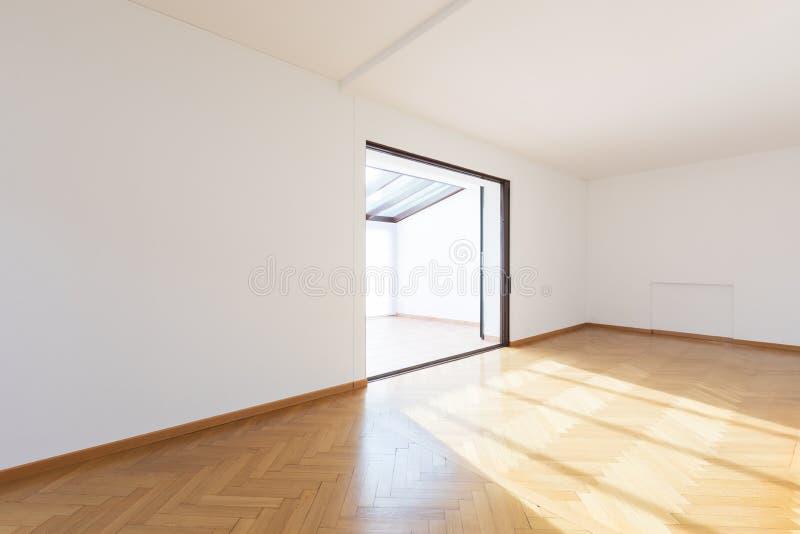 Νέο δωμάτιο απολύτως κενό με τα ξύλινα πατώματα στοκ φωτογραφία