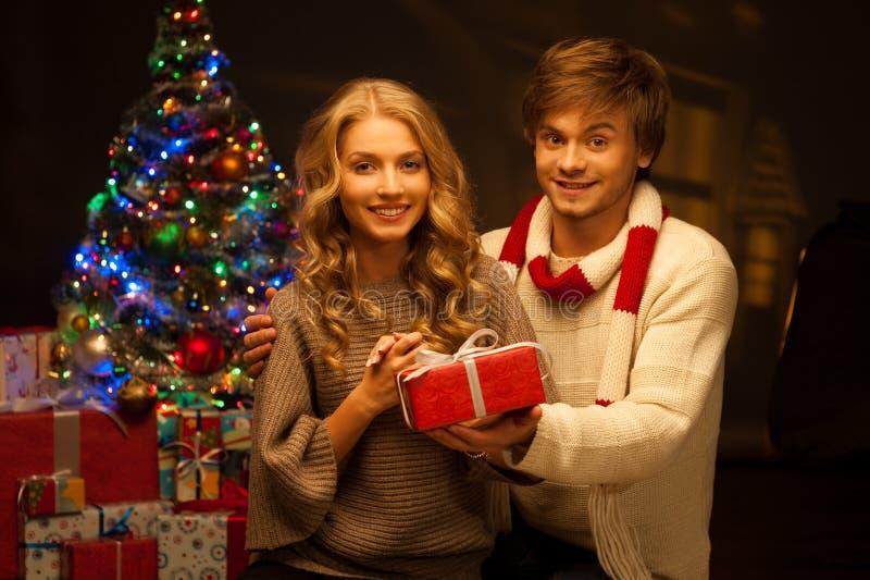 Νέο δώρο Χριστουγέννων εκμετάλλευσης ζευγών στοκ φωτογραφίες