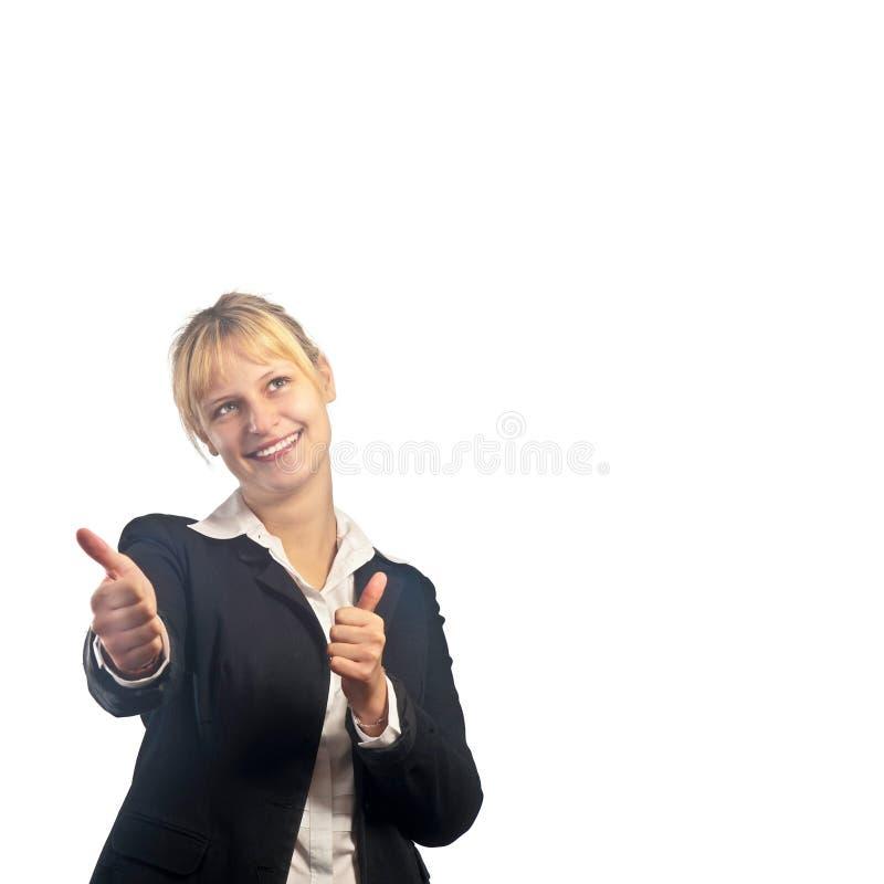 Νέο ενεργό χαμογελώντας κορίτσι με τους αντίχειρες επάνω στοκ εικόνα