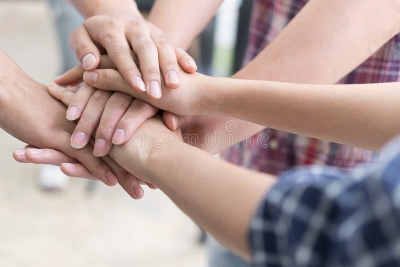νέο ενώνοντας χέρι φοιτητών πανεπιστημίου, επιχειρησιακή ομάδα σχετικά με τα χέρια στοκ φωτογραφίες με δικαίωμα ελεύθερης χρήσης