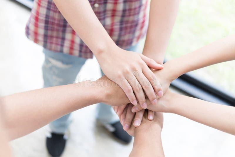 νέο ενώνοντας χέρι φοιτητών πανεπιστημίου, επιχειρησιακή ομάδα σχετικά με τα χέρια στοκ εικόνες