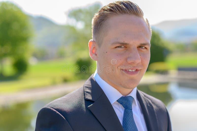 Νέο επαγγελματικό άτομο με ένα ακτινοβολώντας χαμόγελο στοκ φωτογραφίες με δικαίωμα ελεύθερης χρήσης