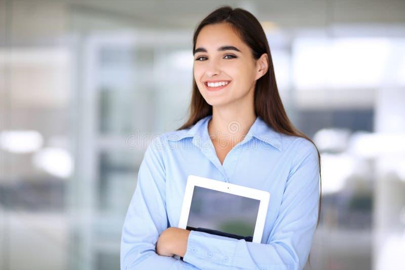 Νέο επιχειρηματίας brunette ή κορίτσι σπουδαστών που εξετάζει τη κάμερα στοκ φωτογραφίες