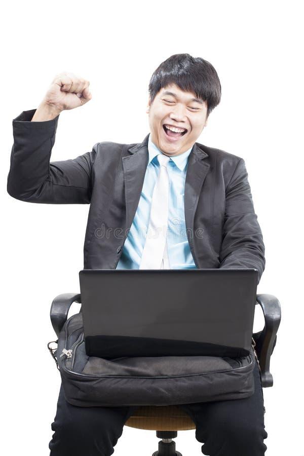 Νέο επιχειρησιακό άτομο που εργάζεται από Διαδίκτυο on-line με το lap-top comput στοκ φωτογραφίες