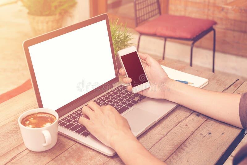 Νέο επιχειρησιακό άτομο που εργάζεται στη καφετερία με το εκλεκτής ποιότητας φίλτρο στοκ εικόνες με δικαίωμα ελεύθερης χρήσης