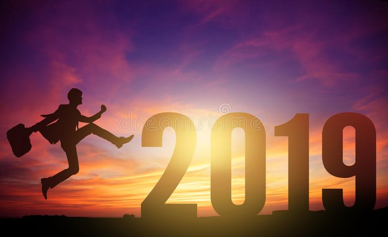νέο επιχειρησιακό άτομο που πηδά έως το νέο έτος 2019 στοκ φωτογραφία