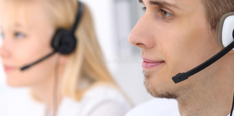 Νέο επιχειρησιακό άτομο στην κάσκα οι τρισδιάστατες εικόνες τηλεφωνικών κέντρων ανασκόπησης απομόνωσαν το λευκό στοκ εικόνα