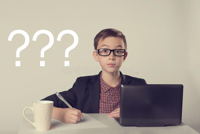 Νέο επιχειρησιακό αγόρι στο κοστούμι και τα γυαλιά στοκ φωτογραφία με δικαίωμα ελεύθερης χρήσης