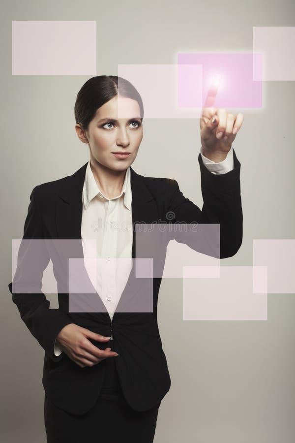 Νέο επιχειρησιακό επιτυχές πρόσωπο που χρησιμοποιεί το καινοτόμο techno στοκ εικόνες
