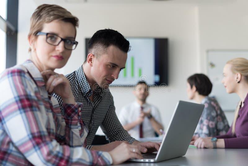 Νέο επιχειρησιακό ζεύγος που εργάζεται στο lap-top, businesspeople ομάδα επάνω στοκ φωτογραφίες