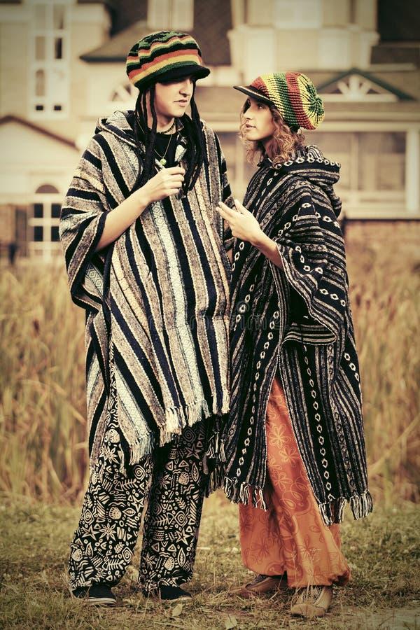 Νέο ερωτευμένο περπάτημα ζευγών μόδας υπαίθριο στοκ εικόνες