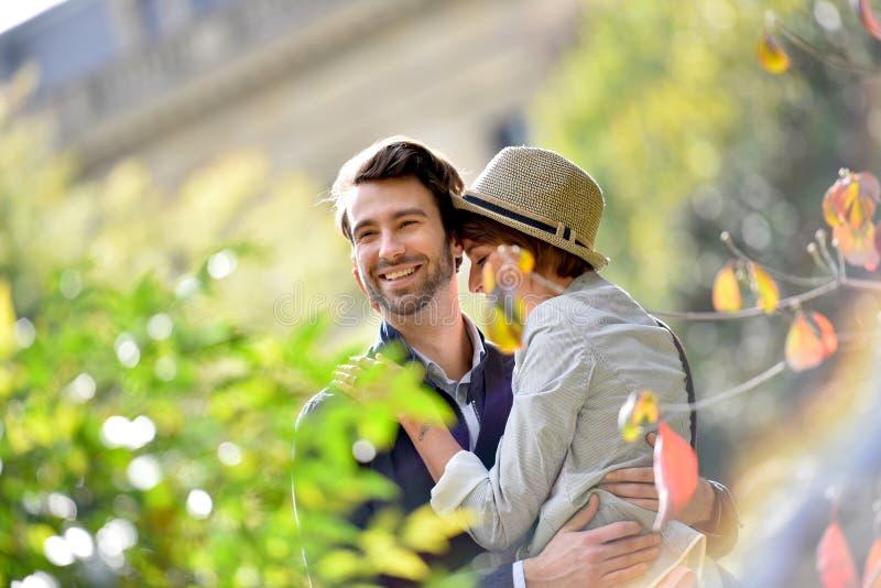 Νέο ερωτευμένο περπάτημα ζευγών στο πάρκο στοκ εικόνα με δικαίωμα ελεύθερης χρήσης