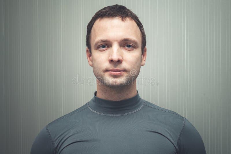 Νέο ευρωπαϊκό άτομο γκρίζο sportswear στοκ φωτογραφία με δικαίωμα ελεύθερης χρήσης