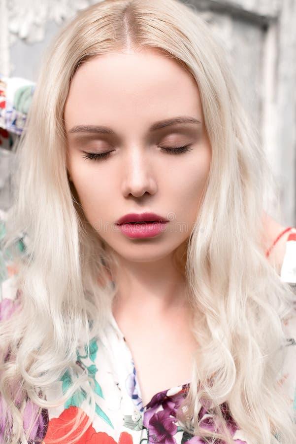 Νέο ευρωπαϊκό ξανθό πορτρέτο γυναικών υπαίθρια στοκ εικόνα με δικαίωμα ελεύθερης χρήσης