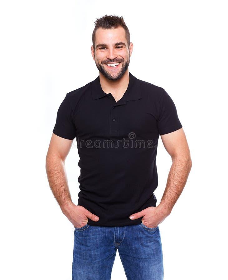 Νέο ευτυχές άτομο σε ένα μαύρο πουκάμισο πόλο στοκ φωτογραφίες