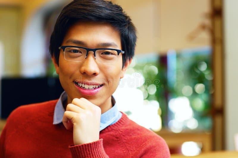 Νέο ευτυχές ασιατικό άτομο με τα γυαλιά στοκ εικόνες