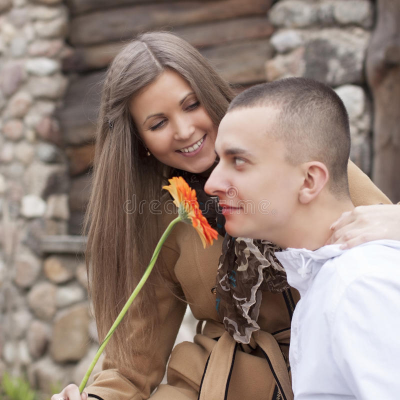 Νέο ευτυχές ερωτικό εύθυμο ζεύγος στοκ φωτογραφίες