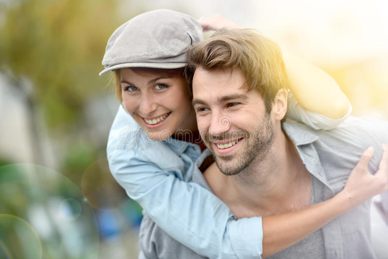Νέο ευτυχές ζεύγος ερωτευμένο έχοντας τη διασκέδαση υπαίθρια στοκ φωτογραφίες