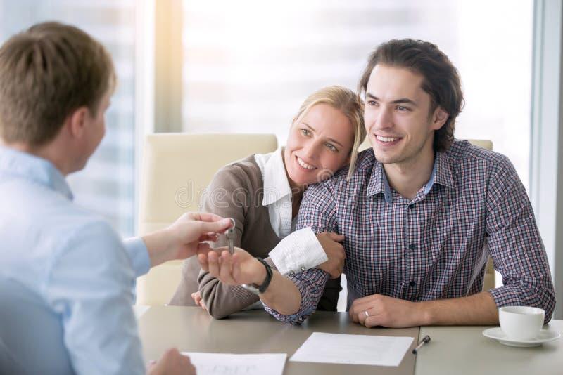 Νέο ευτυχές ζεύγος ερωτευμένο παίρνοντας ένα κλειδί στοκ φωτογραφία με δικαίωμα ελεύθερης χρήσης