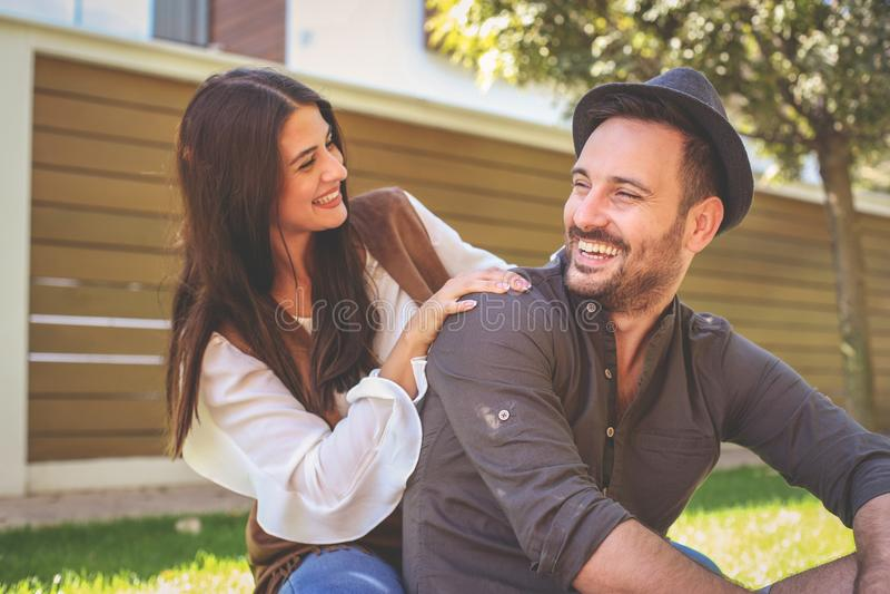 Νέο ευτυχές ζεύγος που απολαμβάνει μαζί στο πάρκο πόλεων στοκ φωτογραφία