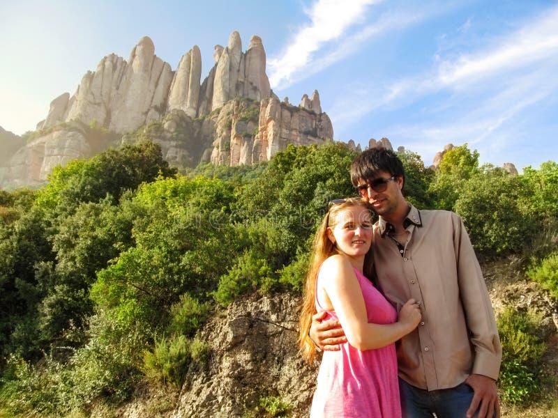 Νέο ευτυχές ζεύγος στην ηλιοφάνεια κοντά στο βουνό του Μοντσερράτ στην Καταλωνία, Ισπανία στοκ εικόνες με δικαίωμα ελεύθερης χρήσης