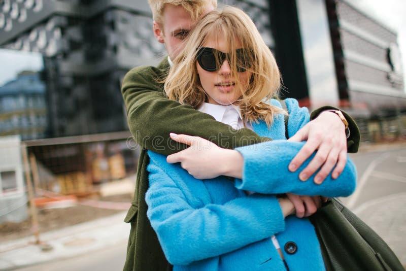 Νέο ευτυχές ξανθό ζεύγος που φιλά και που αγκαλιάζει στην οδό πόλεων στοκ φωτογραφία με δικαίωμα ελεύθερης χρήσης