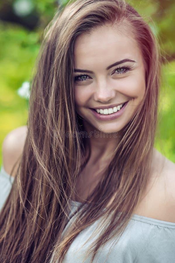 Νέο ευτυχές υπαίθριο πορτρέτο γυναικών χαμόγελου στοκ φωτογραφίες