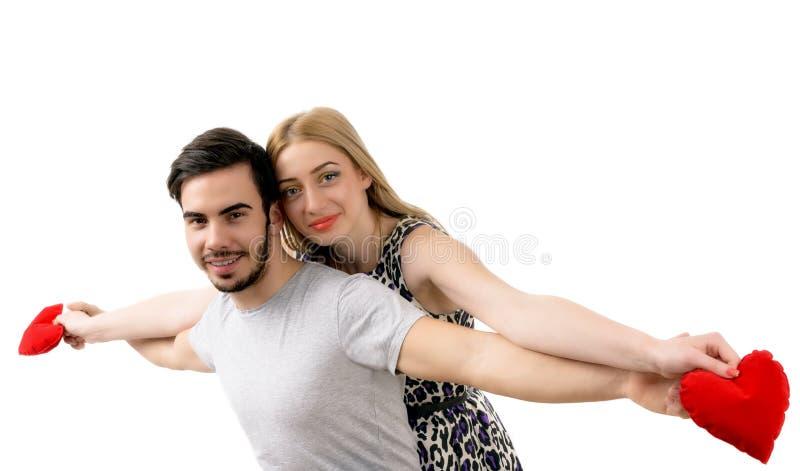 Νέο εύθυμο περιληφθε'ν ζεύγος που θέτει όπως πετώντας στοκ φωτογραφία