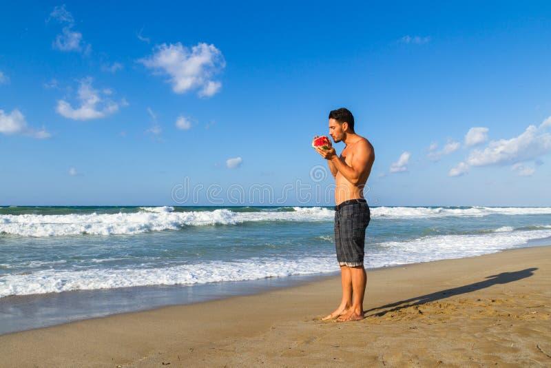 Νέο ελκυστικό άτομο στην παραλία το καλοκαίρι στοκ φωτογραφίες