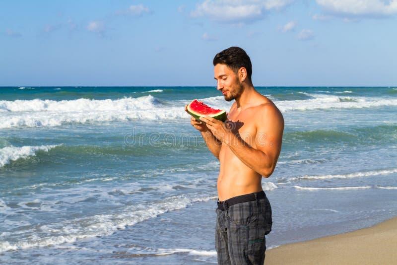 Νέο ελκυστικό άτομο στην παραλία το καλοκαίρι στοκ εικόνες