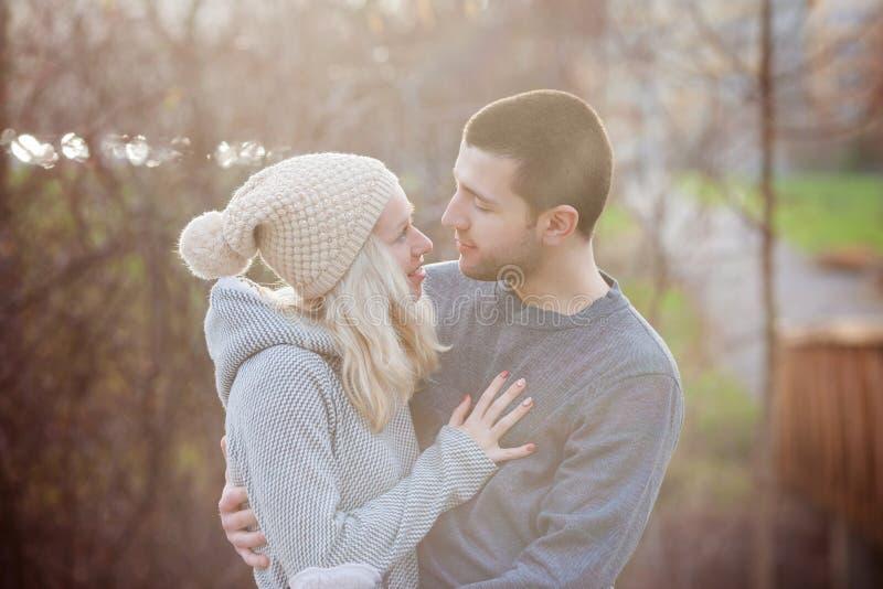Νέο ελκυστικό ζεύγος ερωτευμένο, έφηβοι που έχουν τη διασκέδαση υπαίθρια, στοκ φωτογραφία με δικαίωμα ελεύθερης χρήσης