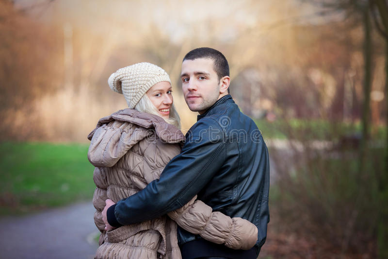 Νέο ελκυστικό ζεύγος ερωτευμένο, έφηβοι που έχουν τη διασκέδαση υπαίθρια, στοκ φωτογραφίες με δικαίωμα ελεύθερης χρήσης